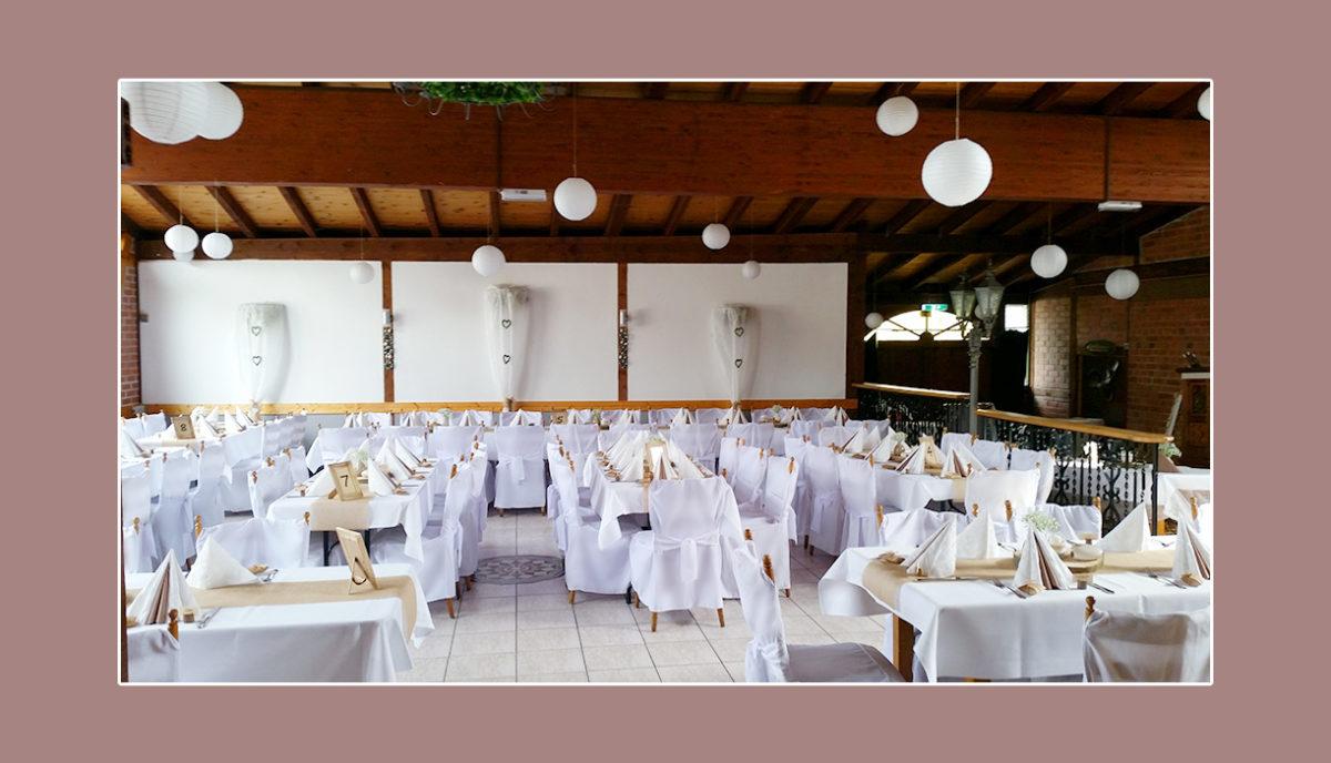Helle Hochzeitsdeko in Weiß & Creme im Restaurant-Saal